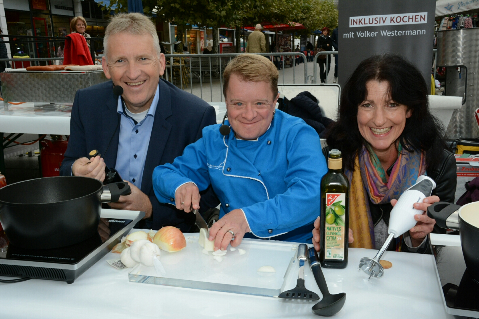 Landrat Patrik Lauer kocht gemeinsam mit Fernsehkoch Volker Westermann und AWO Mitarbeiterin Elke Müller.